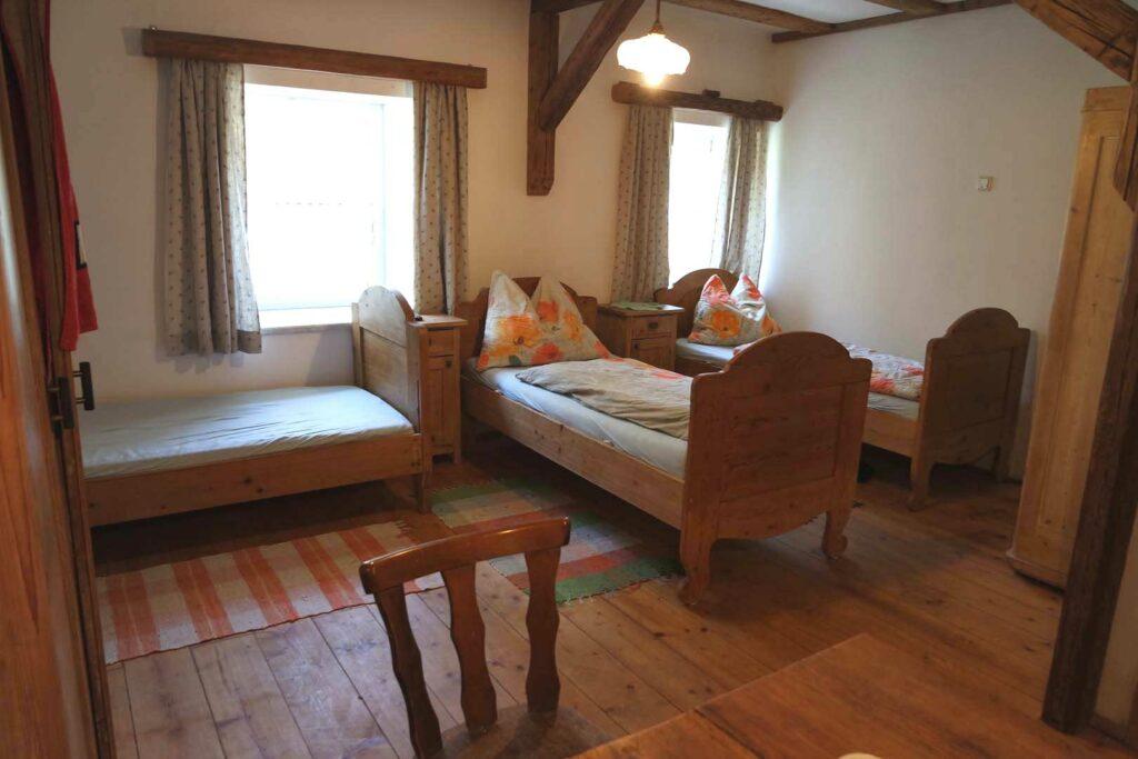 Zimmer für 3 Betten mit 3 Einzelzimmer inkl. großen Tisch