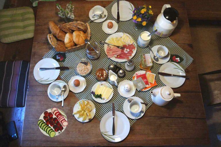 Frühstückstisch mit vielen verschiedenen Wurst- und Käsesorten