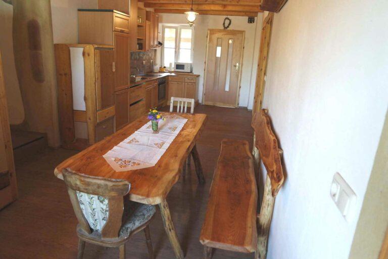Großer länglicher Holztisch in der Gemeinschaftsküche bei Familie Grissenberger