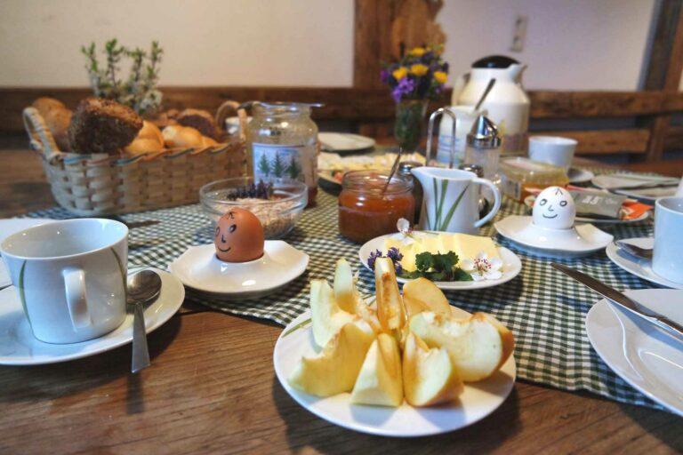Frühstückstisch mit Apfelstücken im Vordergrund